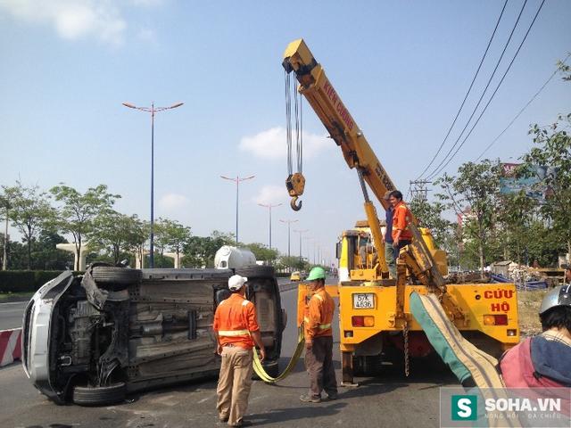 Lực lượng chức năng tiến hành xử lý vụ tai nạn.