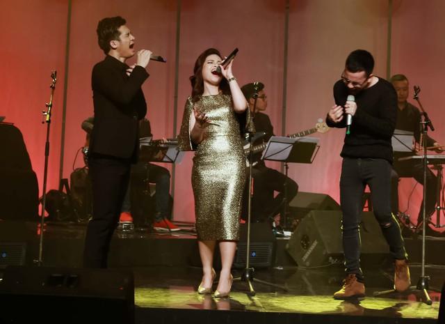 Cả ba khách mời cùng hát.