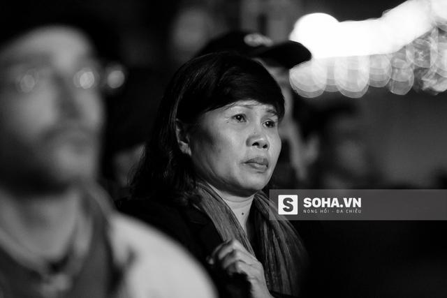 Một khán giả nữ lặng người chăm chú theo dõi màn biểu diễn của Trần Lập.
