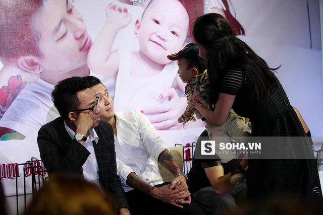 Không thể khiến cậu bé ngồi yên, Hương Baby đành nhờ người đưa Su Hào lên sân khấu cùng bố Tuấn Hưng. Nam ca sĩ vừa ngạc nhiên, vừa thích thú trước tình huống do cậu con trai bé bỏng tạo ra.