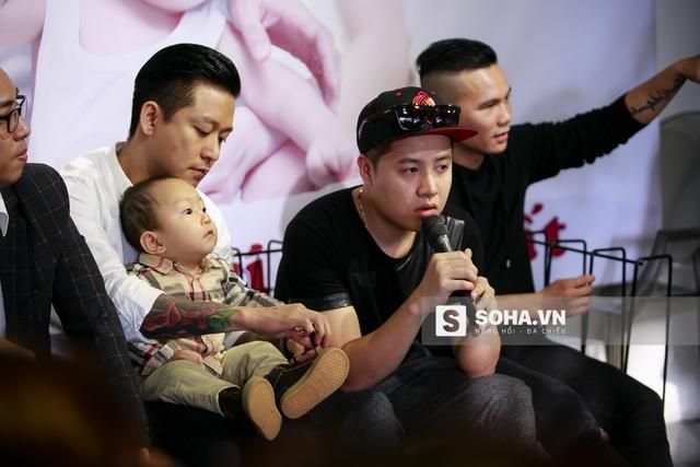 Tuấn Hưng vui vẻ đón lấy bé Su Hào và tỉ mỉ buộc lại dây giày cho con trai. Được ngồi vào lòng bố, bé Su Hào lập tức nín khóc và tỏ ra thích thú với không gian mới.