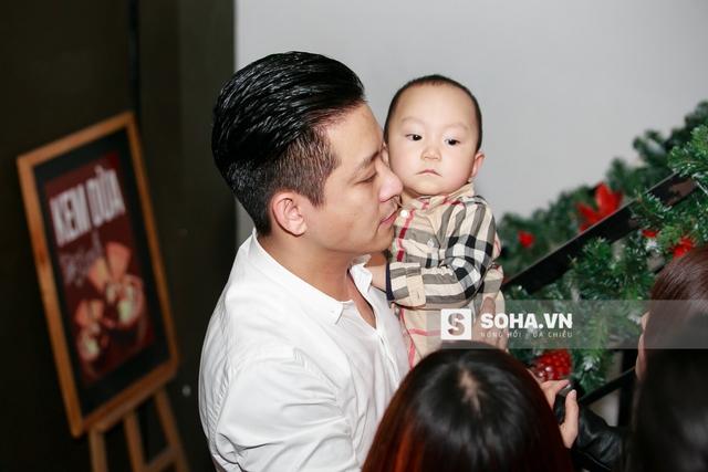 Nam ca sĩ xuất hiện trong buổi họp báo với chiếc sơ mi trắng chỉn chu. Anh bế con trai ra mắt báo chí và khách mời.