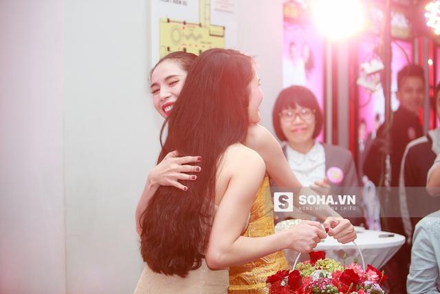 18h20, Khánh Chi - em gái Công Vinh - có mặt để chúc mừng chị dâu. Khá lâu rồi, chị em mới có dịp gặp mặt nên cả 2 tỏ ra rất vui mừng.