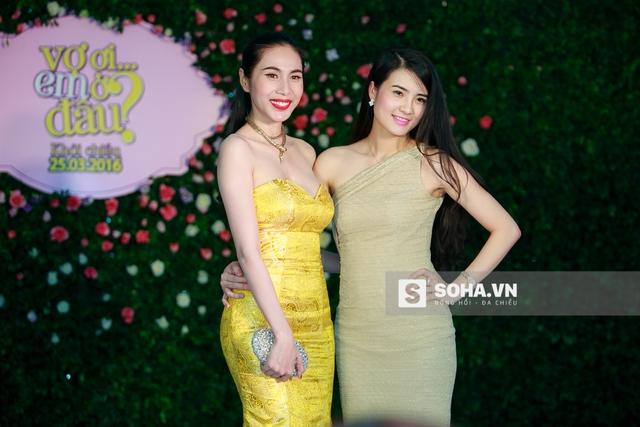 Sau khi trò chuyện, Thủy Tiên và Khánh Chi vui vẻ đọ dáng theo yêu cầu của các phóng viên ảnh. Từ ngày kết hôn, Khánh Chi rất ít khi xuất hiện ở các sự kiện giải trí.
