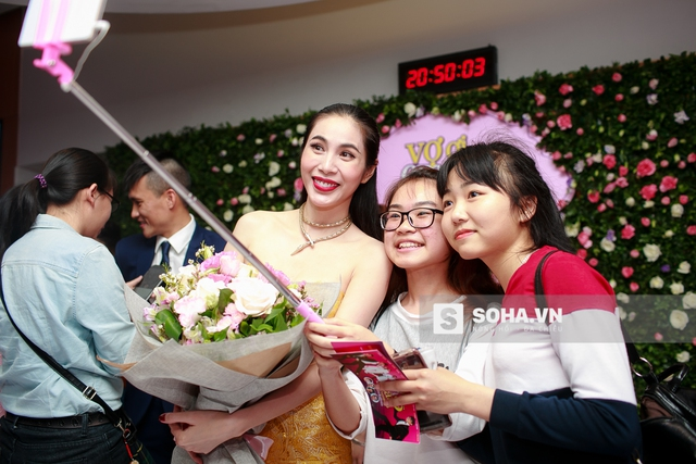Trong khi Công Vinh bận rộn với những câu hỏi phỏng vấn, Thủy Tiên vui vẻ chụp hình lưu niệm cùng người hâm mộ.
