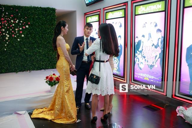 21h20, Thủy Tiên và Công Vinh hoàn tất phần trả lời phỏng vấn. Cặp đôi vui vẻ trò chuyện cùng Khánh Chi và 1 người bạn.