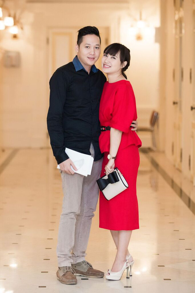 Trong khi đó ca sĩ Khánh Linh đồng hành cùng chồng.