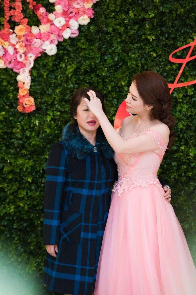 Tối ngày 10.1, MC Đan Lê cùng mẹ đến tham dự một sự kiện tri ân khách hàng tại nhà hát lớn Hà Nội.