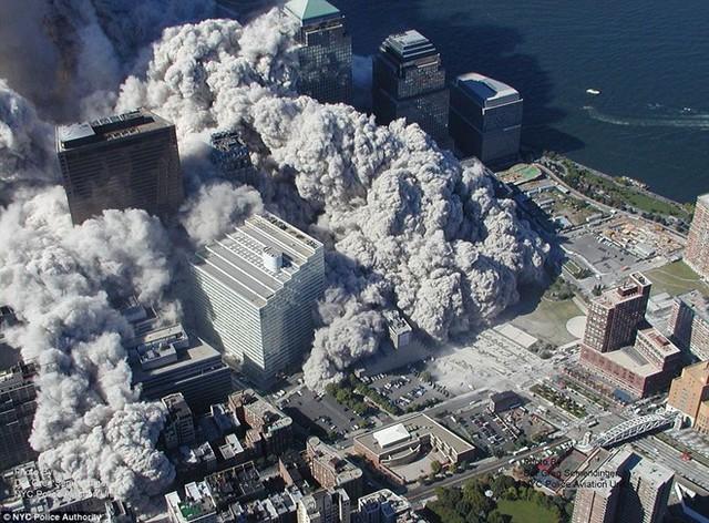 Khoảnh khắc Trung tâm thương mại thế giới sập đổ sau khi không tặc tấn công ngày 11 tháng 9.