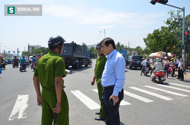 Ông Thơ đi kiểm tra hiện trường một vụ tai nạn giao thông do xe ben tải gây ra