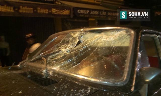 Phần cửa kính phía trước của xe ô tô bị hư hỏng nghiêm trọng.