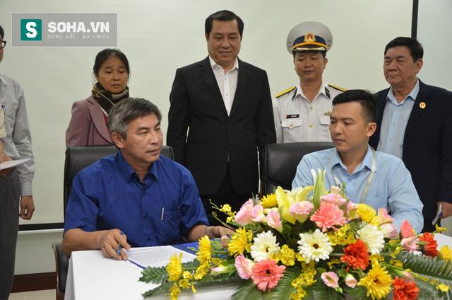 Ông Thơ, bà quả phụ Nguyễn Thị Tần chứng kiến việc ký quyết định bàn giao căn hộ