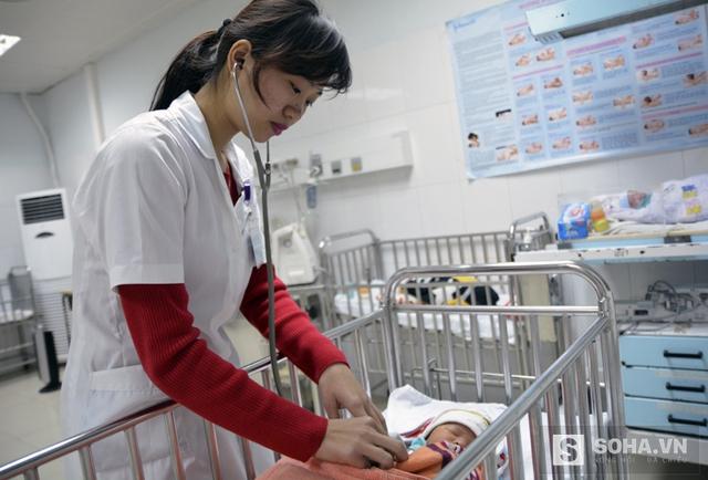 Bé trai 1 ngày tuổi con chị Nga đang được theo dõi đặc biệt vì ngộ độc khí CO.