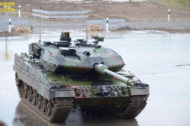 Xe tăng chiến đấu chủ lực Leopard 2A6.