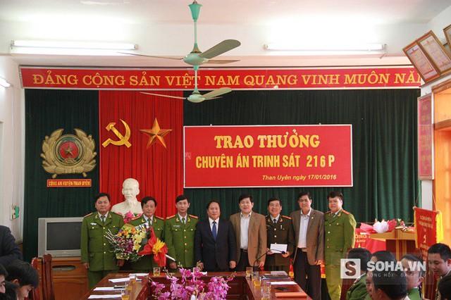 Lãnh đạo UBND tỉnh, Ban giám đốc Công an tỉnh và lãnh đạo UBND huyện Than Uyên chúc mừng và khen thưởng Ban chuyên án