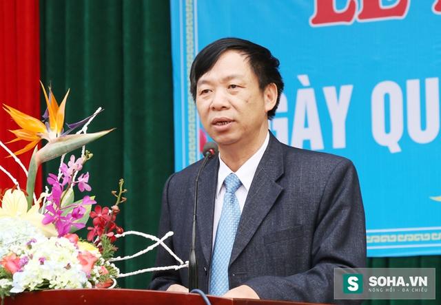 Ông Nguyễn Hoàng - Phó Giám đốc Sở GĐ&ĐT Nghệ An biểu dương thành tích của Khánh Vy và mong muốn các em học sinh khác học tập theo tấm gương của Khánh Vy.
