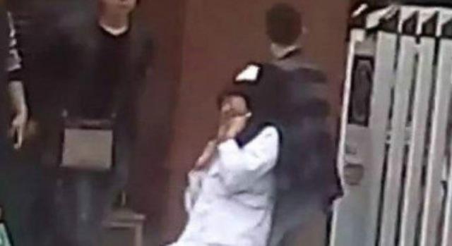 Y tá Li Haiyan bị một người đàn ông kề dao vào cổ bắt làm con tin.