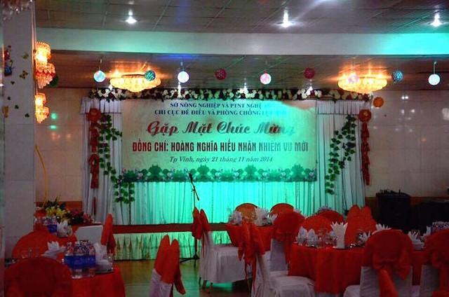 Hình ảnh về bữa tiệc chúc mừng ông Hoàng Nghĩa Hiếu nhận nhiệm vụ mới vào ngày 21/11/2014 được lan truyền trên một số trang mạng khiến nhiều người đặt ra câu hỏi, phải chăng tổ chức tiệc đã là truyền thống với vị này? (Ảnh Facebook).