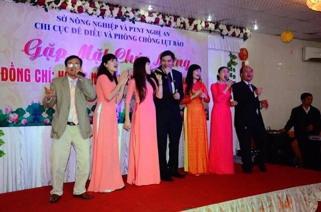 Ông Hiếu (áo đen ở giữa) hát chúc mừng trong bữa tiệc mừng nhận nhiệm vụ mới của mình vào cuối năm 2014. (ảnh: Facebook).