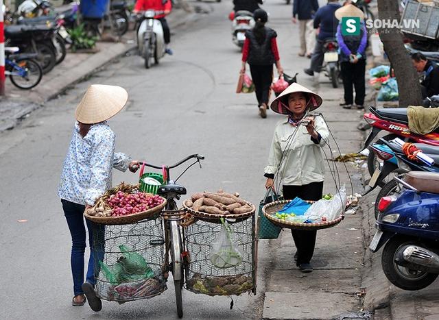 Những hình ảnh bán hàng rong quanh phố, những chị lao công hay những hình ảnh gánh gồng của những người phụ nữ quanh chợ Long Biên vốn đã không còn xa lạ.