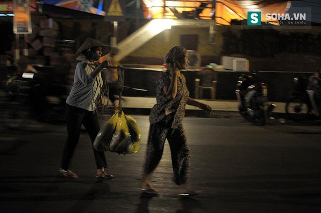Rời chợ hoa quả Long Biên, bóng dáng những người phụ nữ tần tảo sớm hôm mờ dần sau làn mưa phùn của buổi sáng sớm. Bất kể ngày mưa hay nắng, ngày lễ cũng như ngày thường…, những người phụ nữ vẫn cần mẫn rong ruổi trên đường để kiếm sống nuôi gia đình.