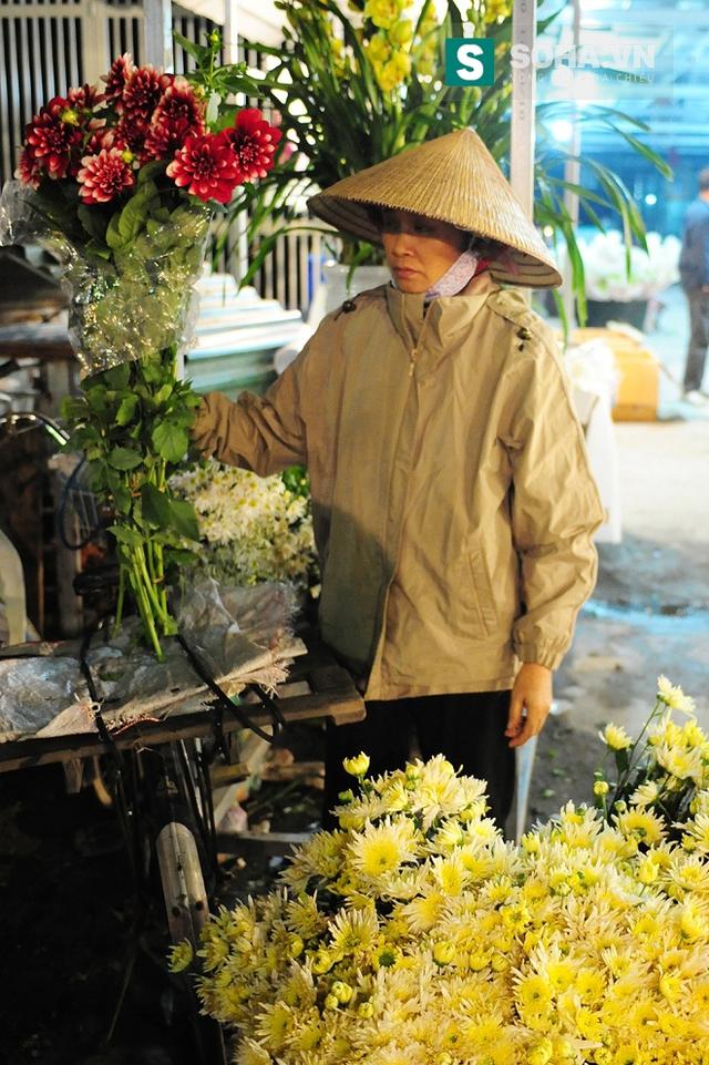 Một ngày bận rộn của những người phụ nữ bán hoa ở chợ hoa Quảng Bá bắt đầu từ 11 giờ đêm, thậm chí vào những ngày này khối lượng công việc của họ còn tăng lên gấp nhiều lần.