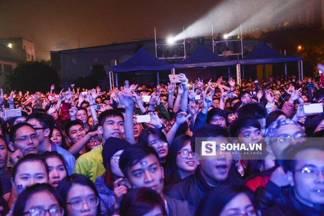 Giữa đêm đông giá lạnh của Hà Nội, hơn 10.000 người đã sát cánh bên nhau cùng thắp lửa.
