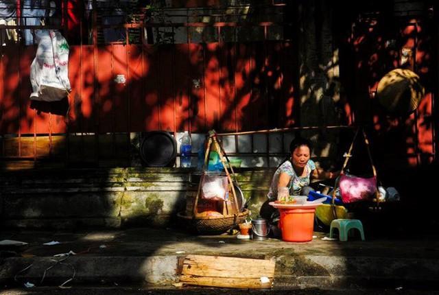 Những người phụ nữ Việt chịu thương chịu khó, hàng ngày vất vả bên gánh hàng rong để có thu nhập cho cuộc sống gia đình thêm êm ấm. Nguồn: VOV.