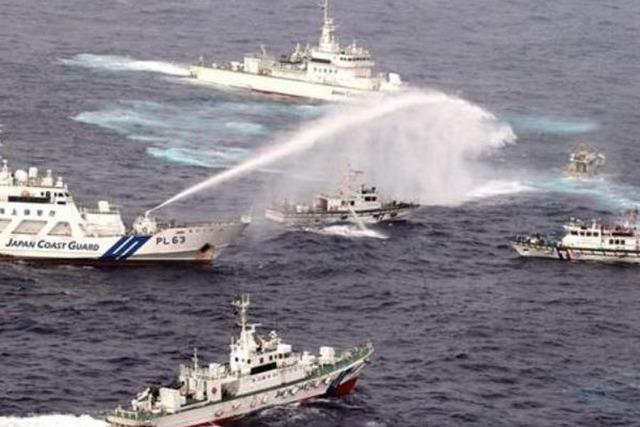 Các nước thường huy động số lượng tàu lớn, hiện diện liên tục dài ngày tại nơi tranh chấp, sử dụng chiến thuật ngăn cản, đâm va hoặc dùng vòi rồng, vũ khí âm thanh xua đuổi tàu đối phương trong các cuộc đụng độ trên biển