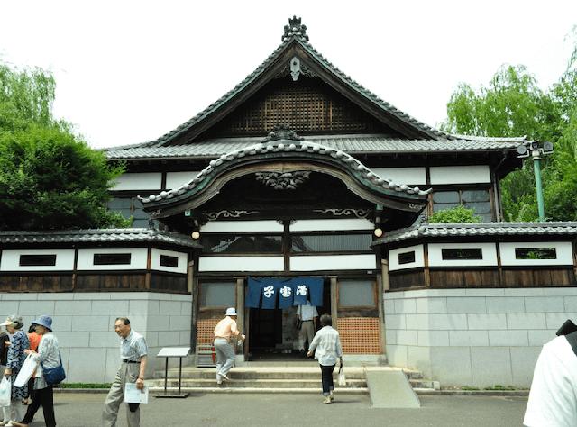 Một sento điển hình theo kiểu truyền thống của Nhật với cửa vào tương tự như cửa đền.
