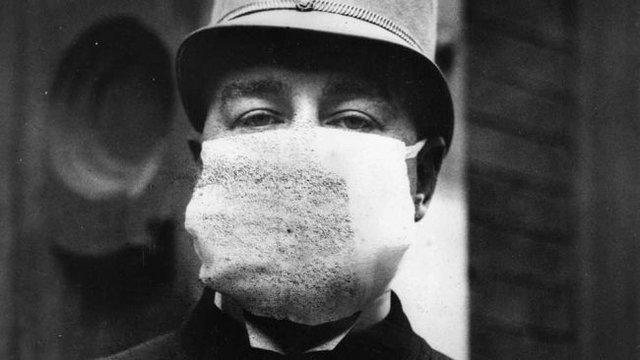 Một cảnh sát Mỹ đeo khẩu trang để tránh đại dịch cúm năm 1918.