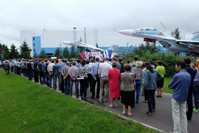 Chiếc Su-30M2 số hiệu 30 (đỏ) được trưng bày tại buổi lễ. Ảnh: KnAAPO.
