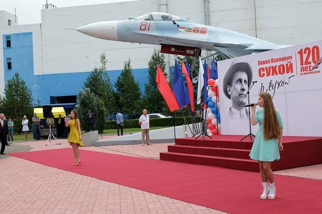 Chiếc Su-27SM số hiệu 81 (đỏ) được trưng bày tại buổi lễ. Ảnh: KnAAPO.