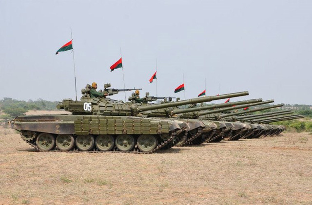 Myanmar cũng nhanh tay mua được một số lượng lớn tăng thiết giáp hiện đại từ Ukraine trước khi quốc gia Đông Âu này xảy ra nội chiến. Trong ảnh là các chiến xa T-72S, Lục quân Myanmar hiện có 3 trung đoàn trang bị loại xe tăng này.