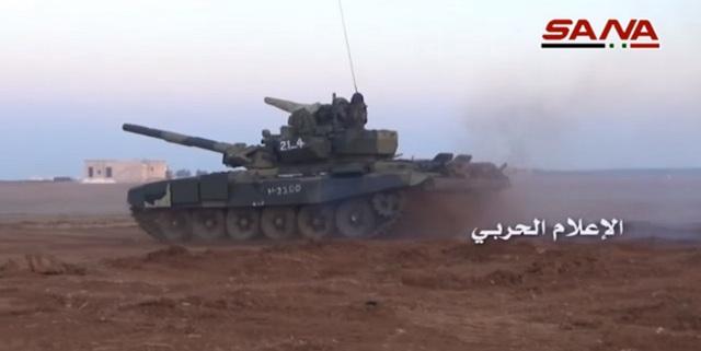 Một chiếc xe tăng T-90 đang cơ động trên chiến trường Syria.