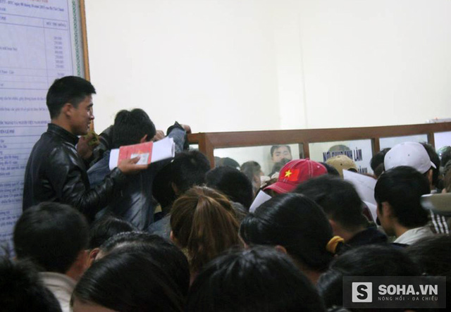 Ở phía trong khu vực làm việc, cả trăm người nháo nhác để viết tờ khai, xin làm thủ tục. Mặc dù mọi người đã được cấp số thứ tự nhưng vẫn xảy ra cảnh lộn xộn chen chúc nhau.