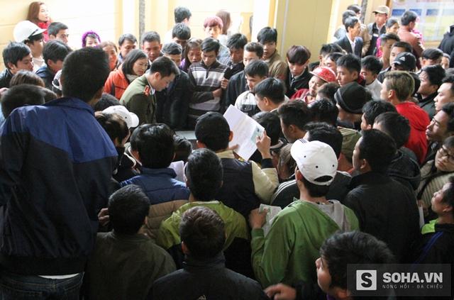 Theo quan sát của phóng viên, nguyên nhân dẫn đến tình trạng trên là do lượng người đổ dồn về quá đông trong khi khu vực làm thủ tục chật chội, lại nằm ở phía trong.