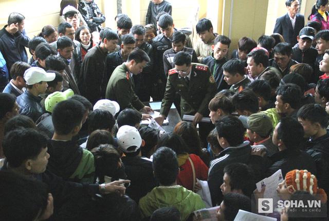 Chỉ trong vòng buổi sáng ngày làm việc đầu tiên, Phòng Quản lý xuất nhập cảnh Nghệ An đã tiếp nhận hơn 1 nghìn hồ sơ xin làm thủ tục cấp đổi hộ chiếu và giấy thông hành.