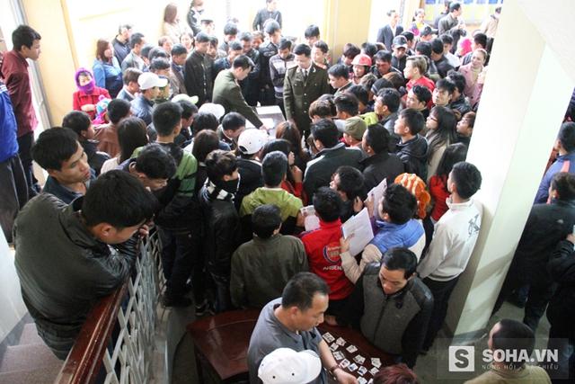 Sáng sớm 16/2, mặc dù trời mưa gió nhưng hàng nghìn người vẫn kéo nhau về đây chen chúc nhau để mong được hoàn tất giấy tờ.