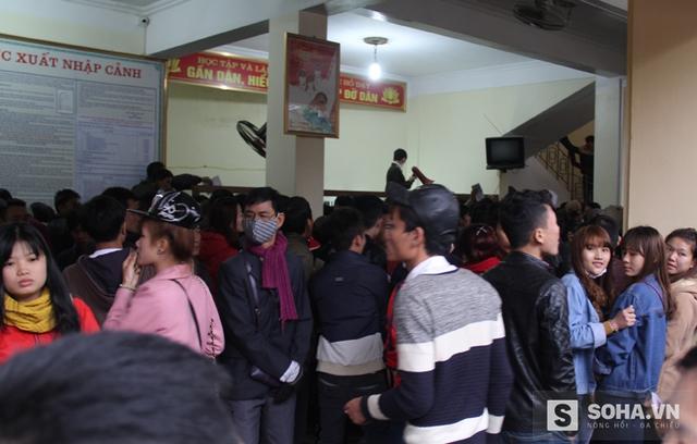 Dự kiến, tình trạng lượng người dân đổ dồn nhiều về làm thủ tục tại Phòng Quản lý xuất nhập cảnh sẽ kéo dài trong khoảng 3-4 tuần tới.