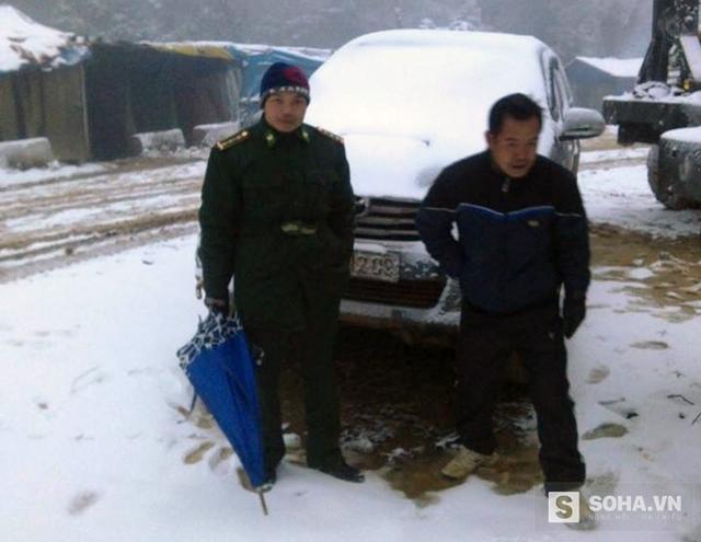 Ô tô mắc kẹt trong tuyết trắng ở xã Na Ngoi (Kỳ Sơn, Nghệ An), người dân phải xuống cuốc bộ.