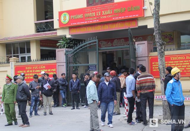 Bắt đầu từ ngày 15/2, tức mùng 8 Tết, Phòng quản lý xuất nhập cảnh Nghệ An đã bắt đầu mở cửa tiếp nhận hồ sơ cấp đổi hộ chiếu, giấy thông hành cho người dân.