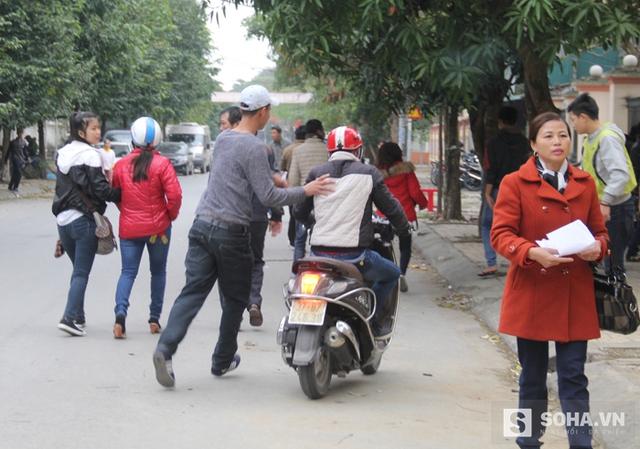 Theo ghi nhận của PV, ngay từ sáng sớm ngày 15 và 16/2, hàng nghìn người từ khắp các huyện trên địa bàn tỉnh Nghệ An đã đổ dồn về để nộp hồ sơ xin làm thủ tục hộ chiếu, giấy thông hành.