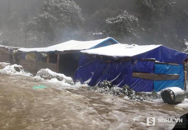 Lán trại công nhân mong manh và phủ trắng tuyết.
