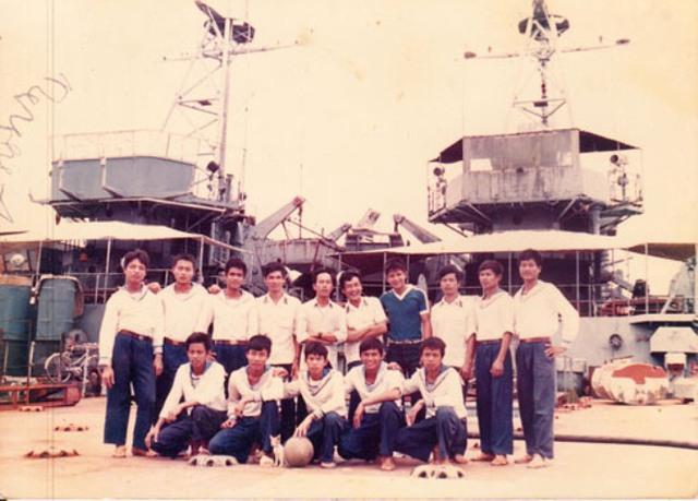 Ông Lại Văn Năm (thứ 4, đứng, từ trái qua) chụp ảnh lưu niệm cùng đồng đội trên tàu HQ 505 trước ngày chiến đấu tại Trường Sa tháng 3-1988... Ảnh do: Ông Năm cung cấp.