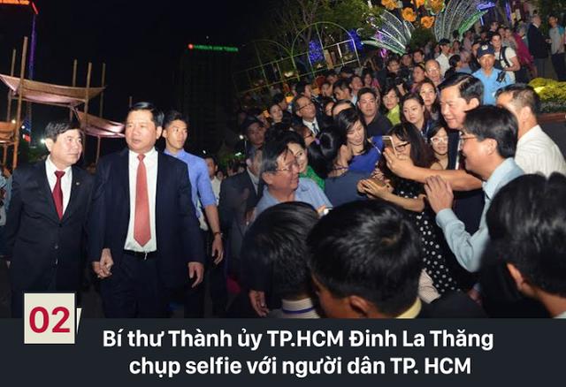 Tối 5/2 (tức 27 tháng Chạp) đường hoa Nguyễn Huệ - Tết Bính Thân năm 2016 đã chính thức khai mạc với chủ đề TP.HCM - Hòa bình, Thịnh vượng và Phát triển. Tại đây, tân Bí thư Thành ủy TP.HCM Đinh La Thăng chụp ảnh selfie với người dân Sài Gòn đến tham quan. (Ảnh: Vietnamnet)