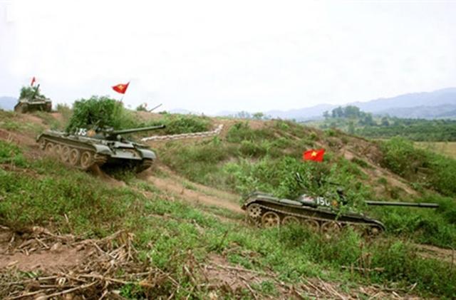 Bộ đội xe tăng huấn luyện sẵn sàng chiến đấu.