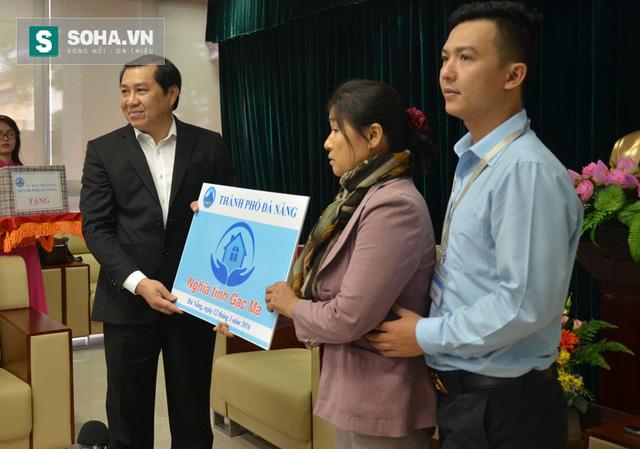 Ông Huỳnh Đức Thơ, Chủ tịch UBND TP Đà Nẵng, trao tặng căn hộ chung cư cho gia đình liệt sĩ Vũ Phi Trừ
