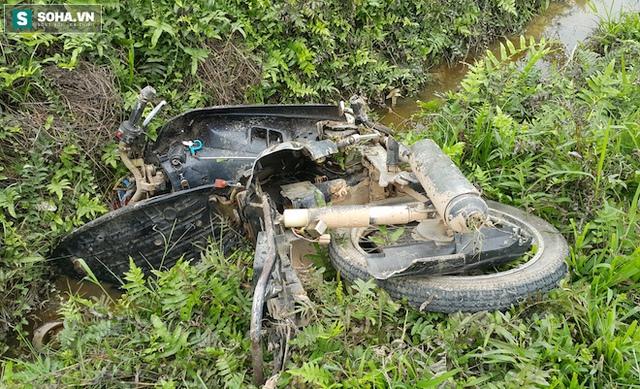 Chiếc xe máy nạn nhân nát bét nằm bên mép ruộng.