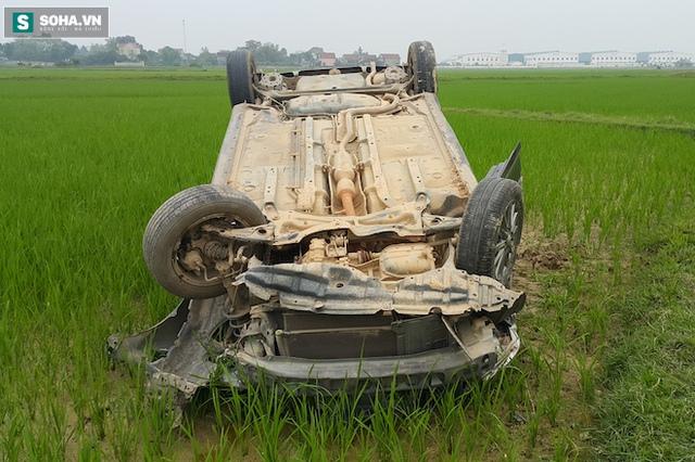 Chiếc xe con 4 chỗ lật ngửa dưới ruộng lúa sau vụ tai nạn kinh hoàng.